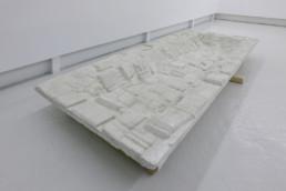 Esben Klemann - sans titre - plâtre - Galerie Maria Lund - vue expo migrations